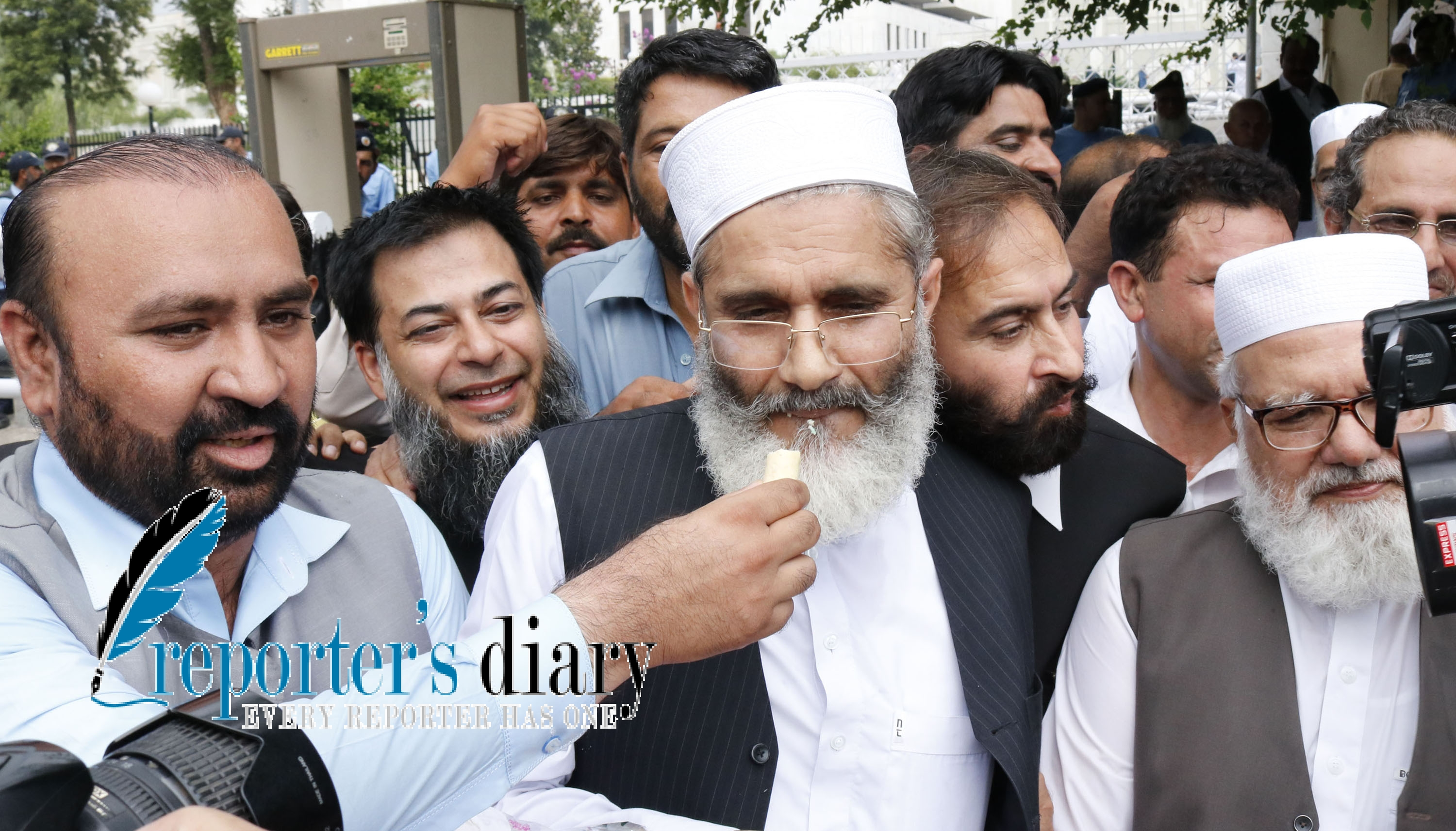 Siraj ul Haq chief of Jamaat-e-Islami share a sweet after Panama case verdict.